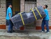 cargando lavadora secadora